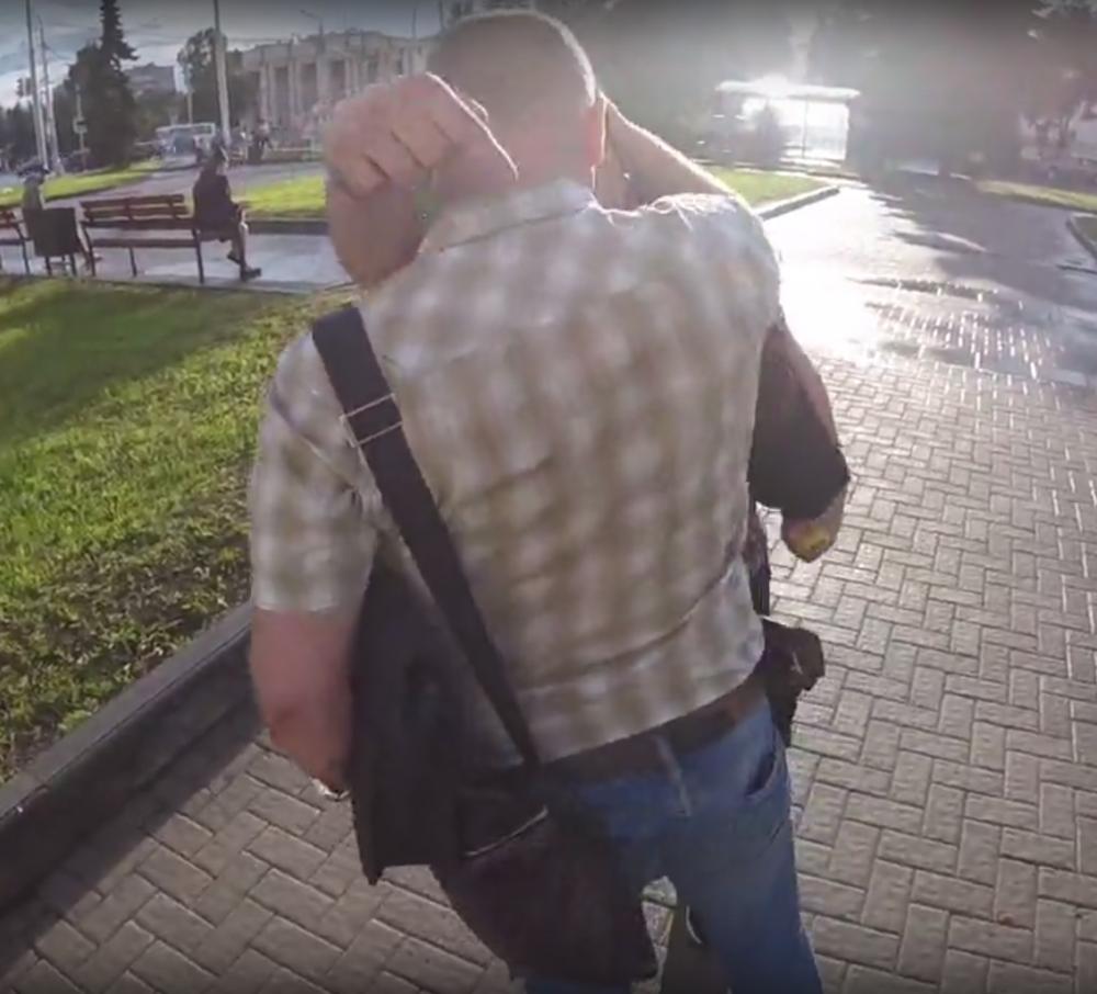 Волонтер Навального вКостроме сказал обизбиении человеком, представившимся полицейским