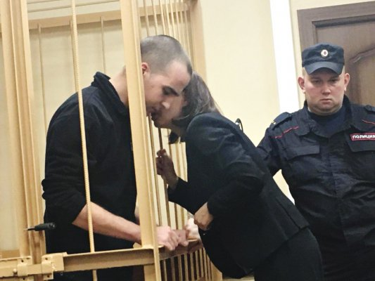 Юлий Бояршинов с адвокатом Ольгой Кривонос на заседании по продлению срока содержания под стражей 19 февраля в Приморском районном суде