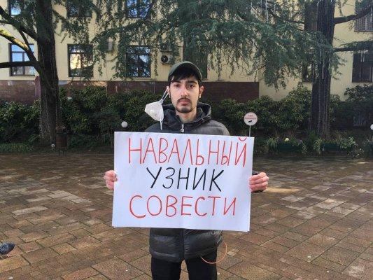 ВСочи активиста партии «Яблоко» арестовали из-за пикета сплакатом «Навальный— узник совести»