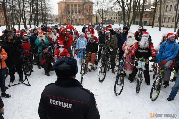 ВПетербурге милиция помешала проведению велопробега Дедов Морозов иСнегурочек
